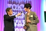 『東京ドラマアウォード2018』の授賞式に出席した米津玄師(右)