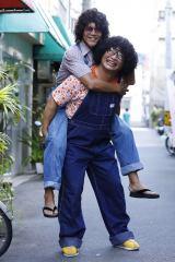 たかじんと鶴瓶が若くて、仲良くおんぶしている写真を再現(C)カンテレ