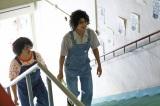 若き日のたかじんと鶴瓶階段を上がるシーン(C)カンテレ