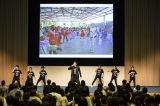 子どもたちと一緒に踊るEXILE USAの様子