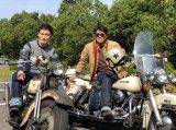 『7.2 新しい別の窓』でバイクツーリングを楽しんだ草なぎ剛(左)と高橋克典