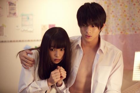 平野紫耀(右)が桜井日奈子を抱き寄せる…『ういらぶ。』場面ショット (C)2018 『ういらぶ。』製作委員会(C)星森ゆきも/小学館