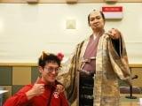 ツン吉こと田上晃吉(薩摩ことば指導・中原尚雄役)を従え、薩摩の魅力をPR(C)NHK