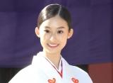 赤と白の巫女装束で登場し、笑顔を見せる井本彩花 (C)ORICON NewS inc.