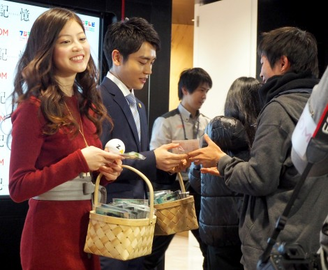 チョコレートを手渡してドラマをPR=連続ドラマ『記憶』トークイベント (C)ORICON NewS inc.