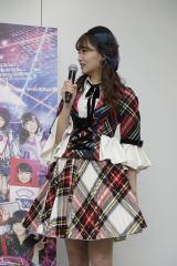 ポスターのロボット衣装について不満を漏らす小嶋真子(C)AKS (C)KYORAKU