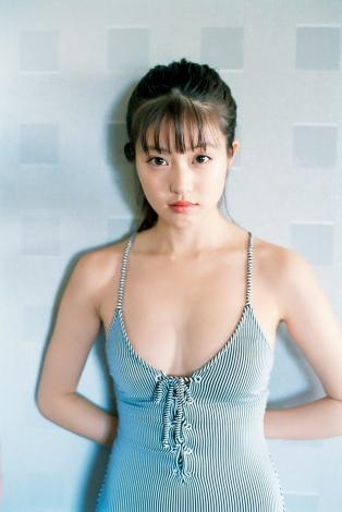 サムネイル 『週刊ヤングジャンプ』48号の表紙を飾った今田美桜(C)桑島智輝/集英社