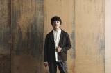 寺島進主演『駐在刑事』主題歌を担当する山崎まさよしが第4話(11月9日)に謎の男役でカメオ出演することが決定(C)NHK