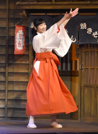 踊りを披露する前島亜美=タクフェス第6弾『あいあい傘』の公開ゲネプロ (C)ORICON NewS inc.