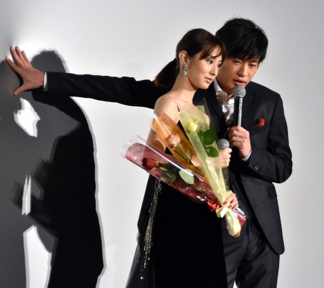 壁ドンしながら花を送る田中圭=映画『スマホを落としただけなのに』初日舞台あいさつ (C)ORICON NewS inc.