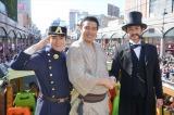 鹿児島市の秋の風物詩「おはら祭」のパレードに『西郷どん』の役衣装で参加した(左から)瑛太、鈴木亮平、田上晃吉(C)NHK