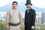 鈴木亮平と瑛太が鹿児島・桜島を望む城山で大河ドラマ『西郷どん』クランクアップ報告会に出席。おやっとさあでした(C)NHK