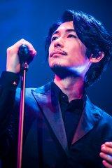 来年新春に3年ぶりの新アルバムリリースを発表したDEAN FUJIOKA