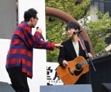 小渕健太郎(右)に「緊張してる?」と確認する黒田俊介 (C)ORICON NewS inc.