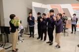 HTB北海道テレビの開局50周年ドラマ『チャンネルはそのまま!』(2019年3月放送)芳根京子のクランクアップに共演者が駆けつけた(C)HTB