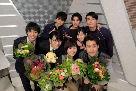 HTB北海道テレビの開局50周年ドラマ『チャンネルはそのまま!』(2019年3月放送)クランクアップ直後の記念撮影(C)HTB