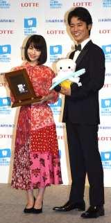 『ベストスマイル・オブ・ザ・イヤー2018』授賞式に出席した(左から)浜辺美波、桐谷健太 (C)ORICON NewS inc.