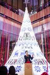 ユーミンが「Knit Tree with Yuming」を点灯=東京・丸ビル1階マルキューブ