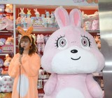 『NiCORON』のオフィシャルキャラクター「nicousa」のグッズ発売記念イベントに出席した(左から)藤田ニコル、nicousa