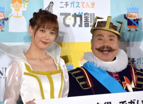 『ニチガス 新CM発表会』に出席した(左から)本田翼、出川哲朗 (C)ORICON NewS inc.