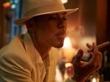 煙草を吸う姿で成熟された色気を表現