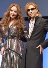 共同記者会見を開いた(左から)サラ・ブライトマン、YOSHIKI (C)ORICON NewS inc.