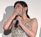 涙を流し、手で顔を覆った篠原涼子=映画『人魚の眠る家』公開記念舞台あいさつ (C)ORICON NewS inc.