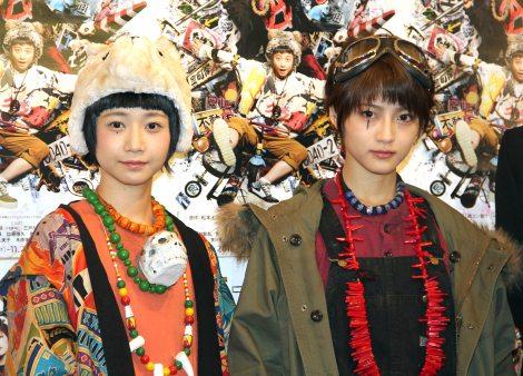 (左から)シロ役の三戸なつめ、クロ役の若月佑美 (C)ORICON NewS inc.