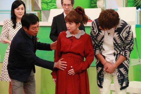 21日放送の『ホンマでっか!?TV』安産を願う辻希美が明石家さんまにお腹を触ってもらう (C)フジテレビ