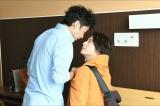 第2章のキーマンを演じる小池徹平(右)、『大恋愛〜僕を忘れる君と』第7話より (C)TBS