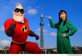 『インクレディブル・ファミリー』Mr.インクレディブルと小島瑠璃子が東京スカイツリーをバックにポーズ(C)2018 Disney/Pixar