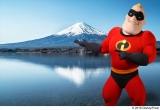 富士山をバックにポーズ(C)2018 Disney/Pixar