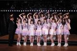 チーム8新公演『その雫は、未来へと繋がる虹になる。』をプロデュースした湯浅順司氏と記念撮影(C)AKS