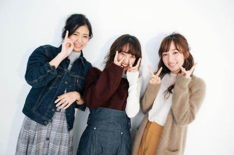 高橋愛の初メイクブック『Ai Takahashi MAKE-UP BOOK』オフショット(左から)井上玲音、高橋愛、山木梨沙