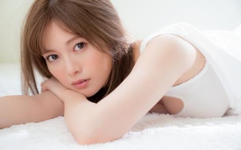 サムネイル 講談社の新雑誌『WHITE graph 001』より白石麻衣の先行カット(撮影/中村和孝)
