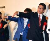 ルイルイポーズをする(左から)太川陽介と野村将希=サンミュージック『グループ創立50週年記念式典』 (C)ORICON NewS inc.