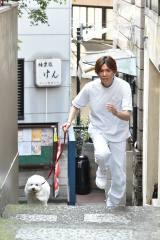 ジャニーズWEST・小瀧望が共演犬・ダイキチと『全力坂』を疾走 (C)テレビ朝日