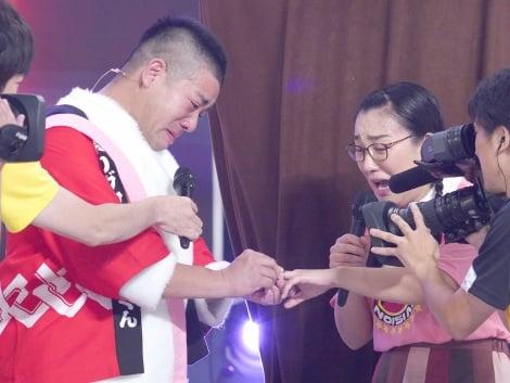 サムネイル チェリー吉武(左)からプロポーズを受けた、たんぽぽ・白鳥久美子(C)日本テレビ