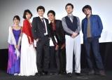 映画『新宿パンチ』初日舞台あいさつで、小澤の身長に合わせてポーズを取るキャスト&監督 (C)ORICON NewS inc.