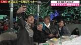 自撮りする(左から)草なぎ剛、木村カエラ、香取慎吾、稲垣吾郎