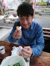 鹿児島県指宿市の鰻温泉に立ち寄り、名物のスメ料理(蒸し料理)を試食(C)NHK