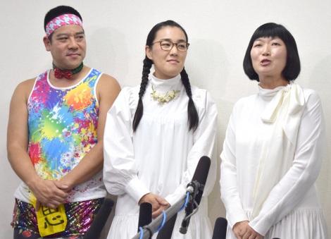 結婚会見を行った(左から)チェリー武吉&たんぽぽ・白鳥久美子と相方の川村エミコ (C)ORICON NewS inc.