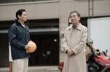 カンテレ開局60周年特別ドラマ『BRIDGE はじまりは1995.1.15.』に出演する(左から)井浦新、桂文枝 (C)カンテレ