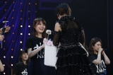 若月佑美がメンバー一人ひとりに花を手渡し=『乃木坂46 若月佑美卒業セレモニー』より