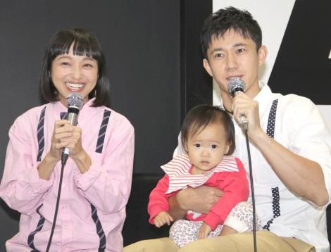 サムネイル 親子3人そろって初めて公の場に登場した(左から)金田朋子、千笑ちゃん、森渉 (C)ORICON NewS inc.