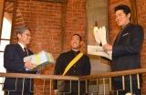 鈴木亮平から「さつまあげ」、阿部サダヲ&中村勘九郎からは「特製マラソン足袋」「スウェーデンお楽しみセット」を贈呈 (C)ORICON NewS inc.