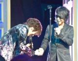 カバーアルバム『Deing』のリリース記念イベントで森友嵐士と握手するDAIGO (C)ORICON NewS inc.