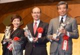『平成30年度 ゆうもあ大賞』表彰式に出席した(左から)戸田恵子、王貞治氏、舘ひろし (C)ORICON NewS inc.