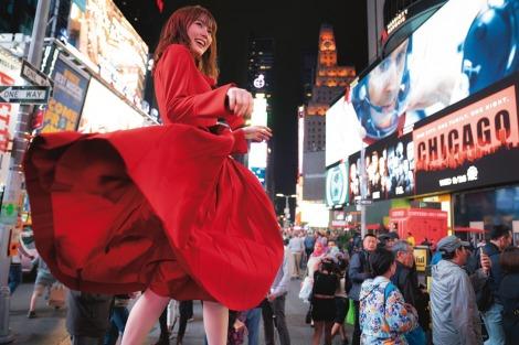 サムネイル NY・ブロードウェイで輝く生田絵梨花=「2nd写真集」先行カット(撮影/中村和孝)