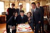 京極法律事務所メンバー全員で祝福(C)テレビ朝日